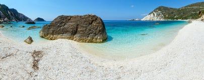 Panorama för Petani strand (Kefalonia, Grekland) Arkivfoton