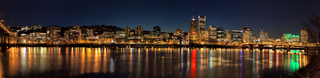 Panorama för plats för natt för Portland stadshorisont Arkivfoton