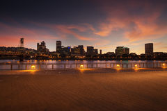 Panorama för Portland Oregon stadshorisont med den Hawthorne bron Arkivfoto