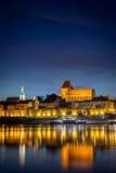 Panorama för stad för Torun ` s gammal med dess reflexion i Vistula River a Royaltyfria Bilder