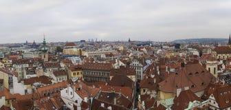 Panorama för stad Prague för röda tak gammal Royaltyfri Bild