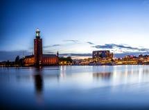 Panorama för Stockholm solnedgånghorisont med stadshuset Fotografering för Bildbyråer