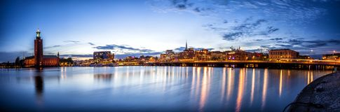 Panorama för Stockholm solnedgånghorisont med stadshuset Royaltyfri Bild
