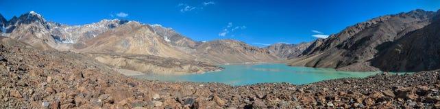 Panorama för Tadzjikistan turkossjö royaltyfri foto