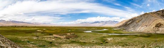 Panorama för Tagharma visningdäck på den Pamir platån, på foten av Muztagh Ata, Kina arkivfoto