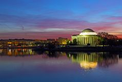 Panorama för tidvattens- handfat på gryning med Thomas Jefferson Memorial under festivalen för körsbärsröd blomning i Washington  arkivfoton