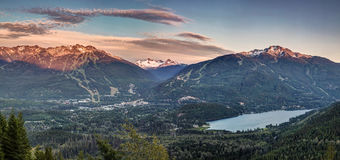 Panorama för WhistlerBlackcomb solnedgång royaltyfria bilder