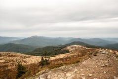 Panorama för Widld höstBieszczady berg från den Bukowe Berdo kullen i Polen Fotografering för Bildbyråer