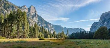 Panorama för Yosemite nationalparksolnedgång Arkivfoton