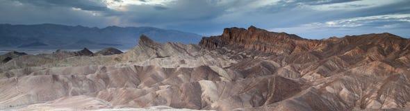 Panorama för Zabriskie punktskymning Arkivbild