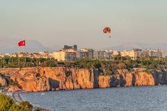 Panorama- f?gelsikt av Antalya och medelhavs- seacoast och strand med en paraglider, Antalya, Turkiet royaltyfria foton