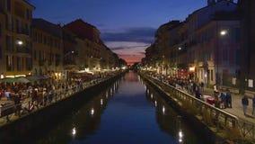 Panorama famoso 4k Italia de la bahía de la reflexión del canal de Lombardi del navigli de la ciudad de Milano de la noche de la  metrajes