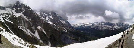 Panorama fantastico delle montagne e della neve in Aosta sotto il punta Helbronner immagini stock libere da diritti