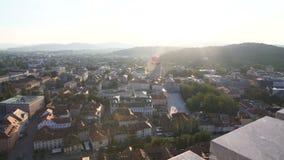 Panorama fascinador de Ljubljana verde iluminada por el sol, capital de Eslovenia, visión superior almacen de metraje de vídeo
