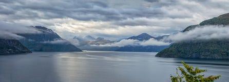 Panorama Fiordo noruego hermoso con las montañas en el fondo imagen de archivo