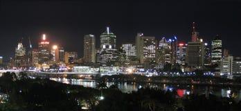 Panorama - Fluss-Stadt-@ Nacht Stockfoto