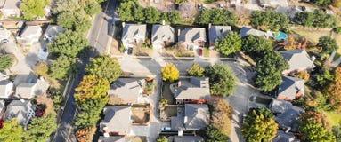 Panorama- flyg- bästa sikt av förorts- indelning i underavdelningar nära Dallas, T fotografering för bildbyråer