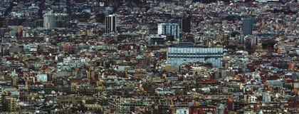 Panorama- flyg- cityscapesikt av den barcelona cityscapen som visar tätt fullsatta byggnadstorn och gator Royaltyfria Bilder