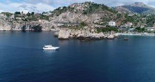 Panorama- flyg- sikt av Cefalu havsport och kusten för Tyrrhenian hav, Sicilien, Italien Den Cefalu staden är en av de viktiga stock video