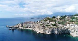 Panorama- flyg- sikt av Cefalu havsport och kusten för Tyrrhenian hav, Sicilien, Italien Den Cefalu staden är en av de viktiga lager videofilmer