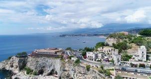 Panorama- flyg- sikt av Cefalu havsport och kusten för Tyrrhenian hav, Sicilien, Italien Den Cefalu staden är en av de viktiga arkivfilmer