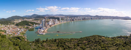 Panorama- flyg- sikt av den Balneario Camboriu staden - Balneario Camboriu, Santa Catarina, Brasilien royaltyfri bild