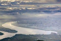 Panorama- flyg- sikt av den dimmiga Taipei staden vid flodstranden Arkivfoton
