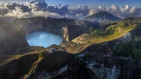 Panorama- flyg- sikt av den Kelimutu vulkan och dess kratersjöar, Indonesien royaltyfri bild