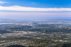 Panorama- flyg- sikt av det Los Angeles centret och storstadsområdet som omger den; Pasadena i förgrunden; Santa Monica royaltyfri bild