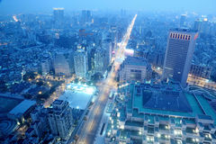 Panorama- flyg- sikt av upptaget commerical område för Taipei stad, Taipei, den Tamsui floden och city på skymning Royaltyfri Foto