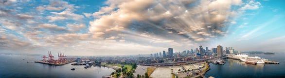 Panorama- flyg- sikt av Vancouver horisont från det Kanada stället Arkivbilder
