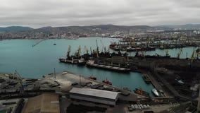 Panorama- flyg- sikt för fågelöga av lastport med hundratals skepp som laddar export- och importgods och tusentals lager videofilmer