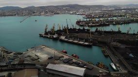 Panorama- flyg- sikt för fågelöga av lastport med hundratals skepp som laddar export- och importgods och tusentals stock video