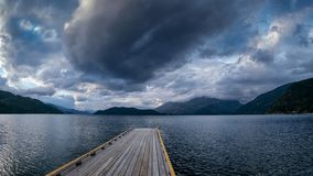 16/9 panorama formata fotografia pusty stary drewniany dok na Harrison Jeziornych prowadzeniach w nadchodzącą burzy komórkę zdjęcia royalty free