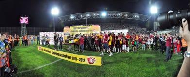 Panorama - fotbollspelare som firar trofén Royaltyfri Bild
