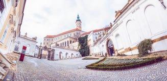 Panorama- foto av den Mikulov slotten, sydliga Moravia, tjeck Royaltyfri Foto