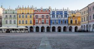 Panorama- foto av färgrika renässansbyggnader i den historiska stora marknadsfyrkanten i Zamosc i sydostliga Polen arkivbilder