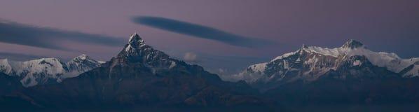 Panorama- foto av område för Machapuchare fisksvans och Annapurna under blå timme med klar himmel, Himalayas royaltyfri bild