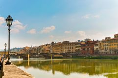 Panorama- foto av Ponten Vecchio i Florence, Italien royaltyfria bilder