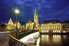 Panorama- foto för natt av staden av Zurich och reflexionen i den Limmat floden, Schweiz Arkivbilder