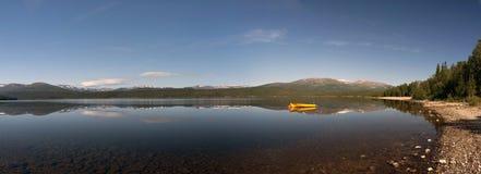 panorama- foto Hög-res av fartyget på sjön med berg i baksida Arkivbilder