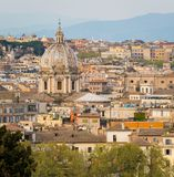 Panorama från den Gianicolo terrassen med kupolen av Sant 'Andrea della Valle Church i Rome, Italien royaltyfri fotografi