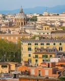 Panorama från den Gianicolo terrassen med kupolen av den Santi Biagio e Carlo ai Catinari kyrkan i Rome, Italien fotografering för bildbyråer