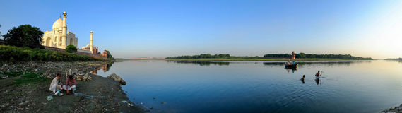 Panorama från den Yamuna floden med Taj Mahal Arkivfoton