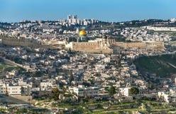 Panorama från Mount of Olives med kupolen av vagga och de gamla stadsväggarna i Jerusalem Fotografering för Bildbyråer