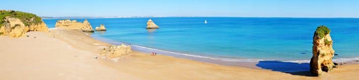 Panorama från naturligt vaggar på Praia D'Ana i Lagos Portugal Fotografering för Bildbyråer
