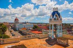Panorama från terrassen av slotten på den regerings- byggnaden cienfuegos cuba royaltyfria foton