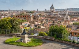 Panorama från villan Medici med kupolen av basilikan av Ambrogio e Carlo al Corso, i Rome, Italien arkivfoto