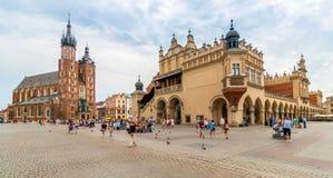 Panorama för Cracow (Krakow) - Polen huvudsaklig marknadsfyrkant Arkivfoton