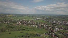 Panorama fr?n en sikt f?r ?ga f?r f?gel` s Centraleuropa: staden eller byn lokaliseras bland de gr?na kullarna tempererat klimat  stock video